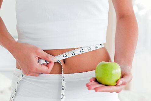mulher-mede-cintura-fruta