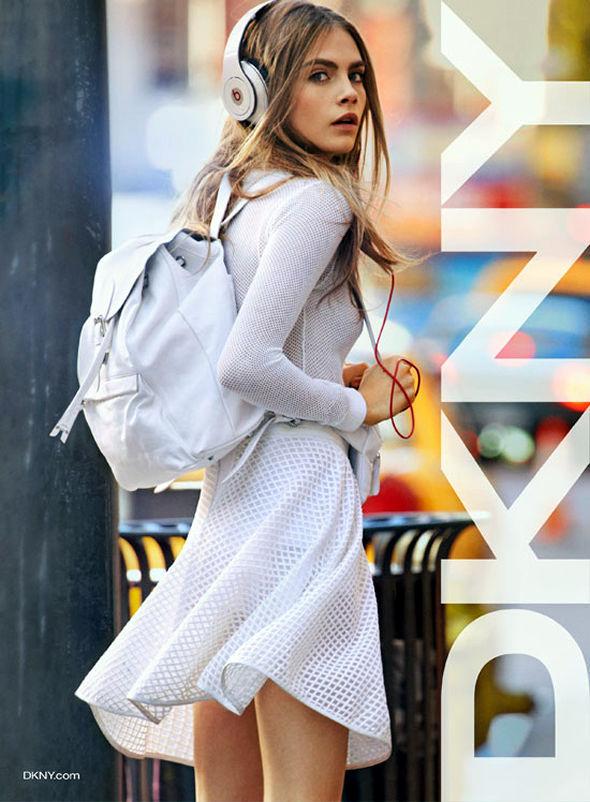Namoradeira-Cara-Delevingne-DKNY-mochila