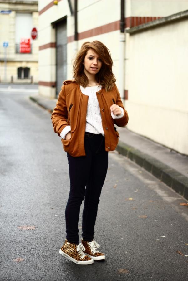 2-look-casaco-caramelo-+-tenis-de-oncinha